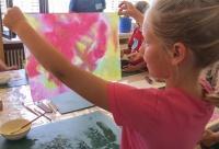 Bunt und intensiv: Beim Ferienprogramm des Nationalparks Berchtesgaden stellten Kinder aus selbst geschnittenen Pflanzen natürliche Farben her und gestalteten damit kreative Stofftaschen. Am ausgebuchten Ferienprogramm hatten insgesamt 180 Kinder zwischen fünf und zwölf Jahren teilgenommen.