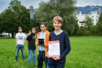 """Den 2. Platz in der Kategorie """"REC for Kids"""" erreichten Kilian Beierl, Emil Schwarzenbacher und Tim Dinter (v.r.) kürzlich beim Filmfestival in Berlin. Ihren Film mit dem Titel """"Insekteffekt"""" hatten die drei Schüler unter der Leitung von Medienpädagoge Mark Walter (l.) im Rahmen eines Projekts im Nationalpark Berchtesgaden erstellt. Unter 76 eingereichten Filmen musste sich der Film nur einem Beitrag aus Berlin mit dem Titel """"Dinosauriergeschichte"""" geschlagen geben."""
