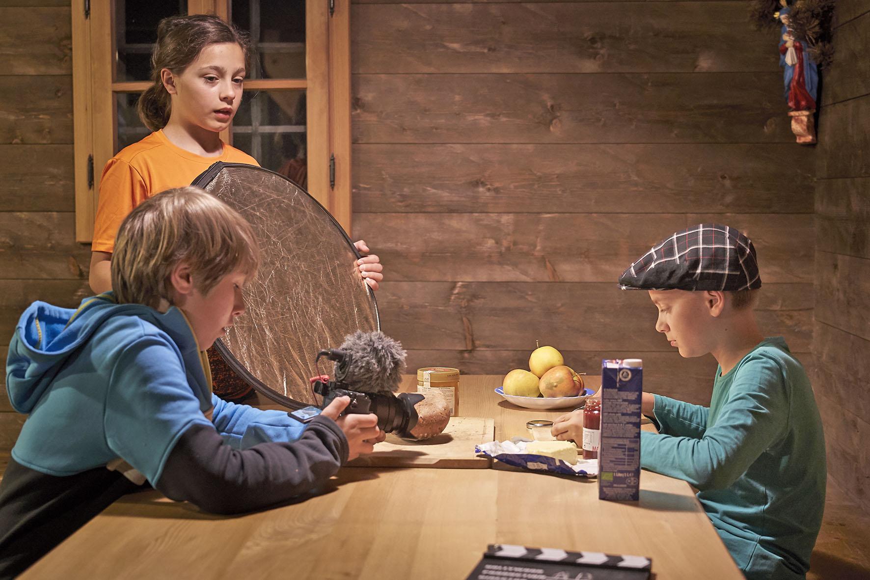 Pressebild: Emil Schwarzenbacher (stehend), Kilian Beierl (l.) und Tim Dinter (r.) bei den Dreharbeiten zu ���Insekteffekt��� im Nationalparkzentrum ���Haus der Berge���.