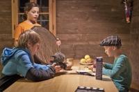 """Emil Schwarzenbacher (stehend), Kilian Beierl (l.) und Tim Dinter (r.) bei den Dreharbeiten zu """"Insekteffekt"""" im Nationalparkzentrum """"Haus der Berge""""."""