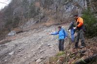 Der Kaunersteig im Nationalpark Berchtesgaden war seit einem Murenabgang im Jahr 2019 gesperrt. Mit Beginn der Wandersaison 2021 soll der Steig wieder frei gegeben werden. Nationalpark-Mitarbeiter Christian Heyer, Markus Lochner und Lorenz Köppl (v.r.) begutachteten die Georisiken auf Basis der so genannten RAGNAR-Methode aus dem alpinen Sicherheitsmanagement. Der steile und teilweise ausgesetzte Kaunersteig führt von Salet am Königssee in zahlreichen Serpentinen zur Regenalm und überwindet dabei rund 900 Höhenmeter.