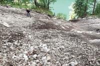 Direkt nach dem Murenabgang am Kaunersteig im Frühjahr 2019 war die Sturzbahn angefüllt mit losem Gesteinsmaterial. Nach mehreren Arbeitseinsätzen der Königssee-Waldarbeiter sowie einigen Starkregen-Ereignissen und Schneefällen, die zusätzlich loses Material zu Tal transportiert haben, hat sich die Situation am Kaunersteig etwas entspannt.