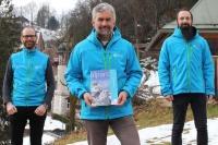 Dr. Roland Baier (Mitte), Leiter des Nationalparks Berchtesgaden, ist alter und neuer Generalsekretär des Netzwerks Alpiner Schutzgebiete ALPARC. Zusammen mit Nationalpark-Forschungsleiter Prof. Dr. Rupert Seidl (l.) und Michael Maroschek (r.), wissenschaftlicher Mitarbeiter im Nationalpark Berchtesgaden, startet Baier aktuelle Forschungsprojekte auf Basis von Satellitendaten in den Alpen.