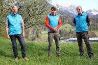 Nationalparkleiter Dr. Roland Baier (l.) und Stellvertreter Ulrich Brendel (r.) heißen Daniel Müller im Nationalpark Berchtesgaden willkommen.