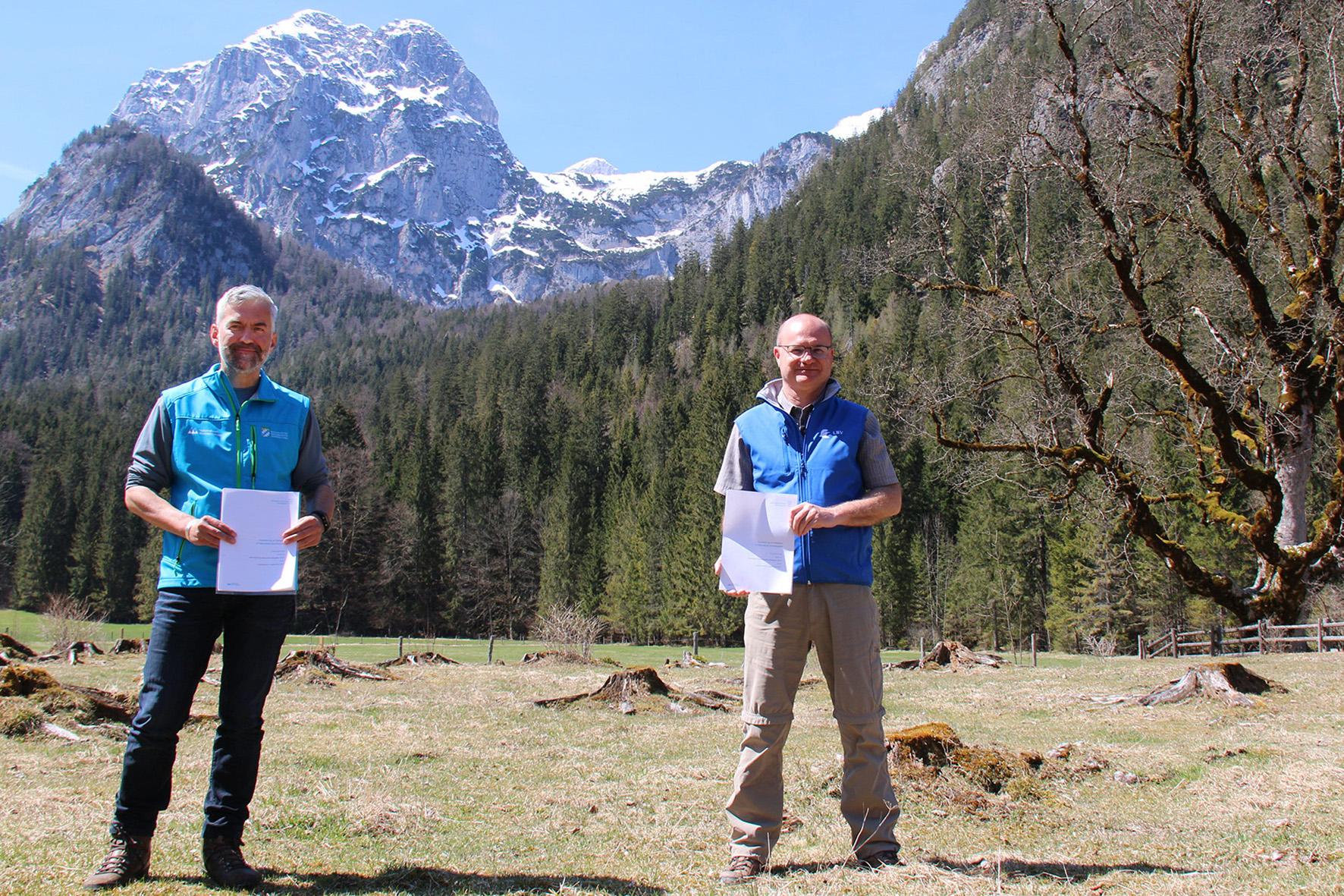 Pressebild: Nationalparkleiter Dr. Roland Baier und LBV-Vorsitzender Norbert Sch��ffer unterzeichneten an der Nationalpark-Informationsstelle Klausbachhaus eine Kooperationsvereinbarung zur Auswilderung von Bartgeiern im Nationalpark Berchtesgaden.