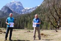 Nationalparkleiter Dr. Roland Baier und LBV-Vorsitzender Norbert Schäffer unterzeichneten an der Nationalpark-Informationsstelle Klausbachhaus eine Kooperationsvereinbarung zur Auswilderung von Bartgeiern im Nationalpark Berchtesgaden.