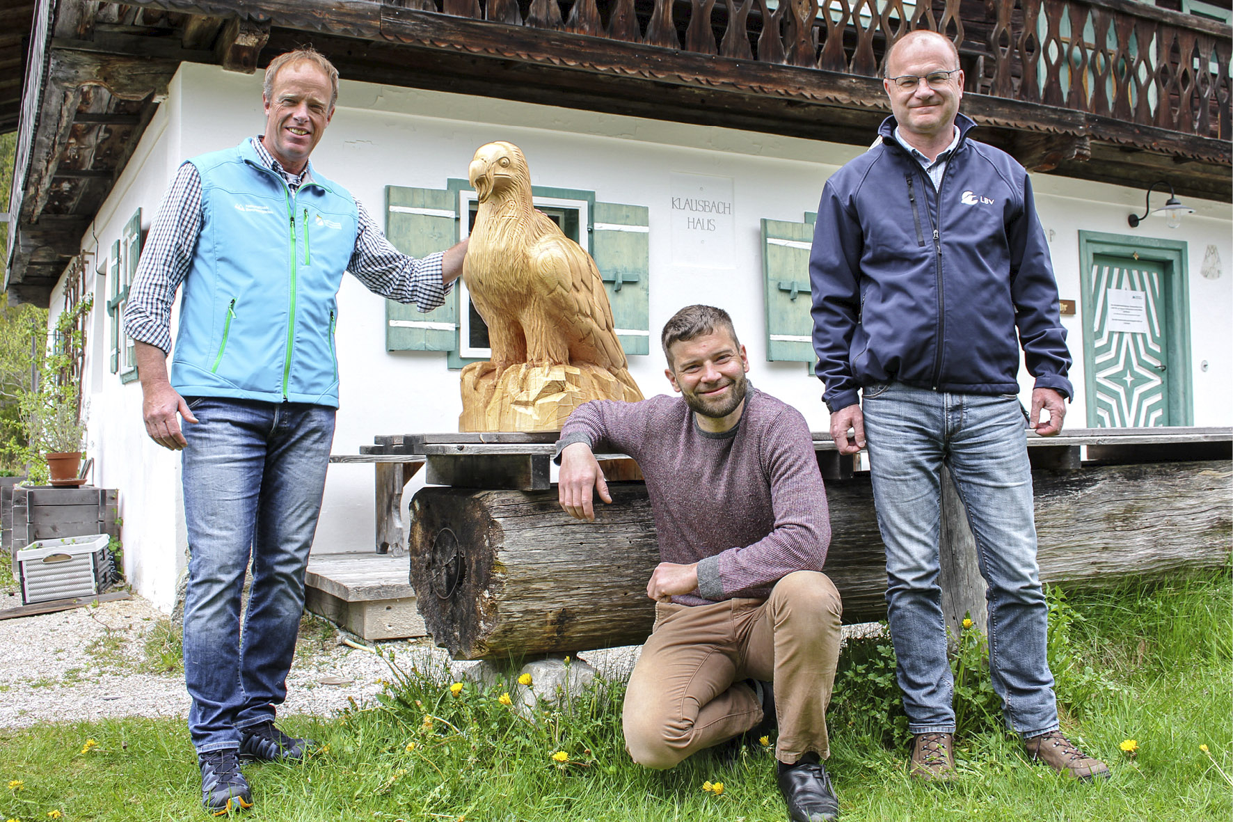 Pressebild: LBV-Vorsitzender Dr. Norbert Sch��ffer (r.) ��berreichte k��rzlich eine Bartgeier-Skulptur an Nationalpark-Projektleiter Ulrich Brendel (l.). Die originalgro��e Holzskulptur hat der Berchtesgadener Holzschnitzer Marinus Brandner (Mitte) in Handarbeit angefertigt.