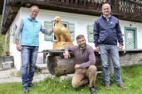 LBV-Vorsitzender Dr. Norbert Schäffer (r.) überreichte kürzlich eine Bartgeier-Skulptur an Nationalpark-Projektleiter Ulrich Brendel (l.). Die originalgroße Holzskulptur hat der Berchtesgadener Holzschnitzer Marinus Brandner (Mitte) in Handarbeit angefertigt.